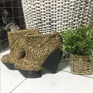 Used/ senso diffusion leopard ankle boots